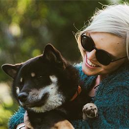 femme et son chien